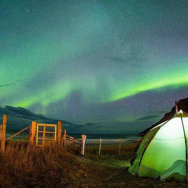 Surfear bajo las olas de las auroras boreales del norte