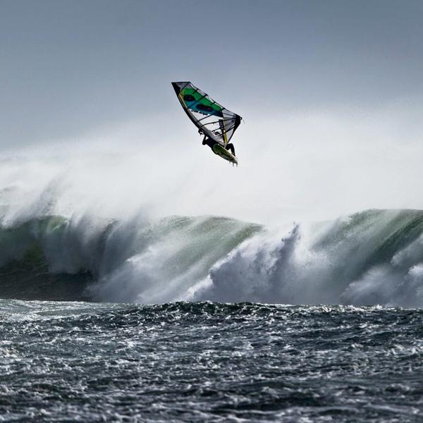 Locos del windsurf en busca de grandes tormentas