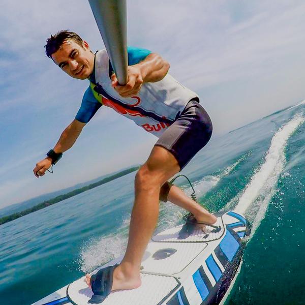 Dani Pedrosa y su tabla de surf eléctrica…