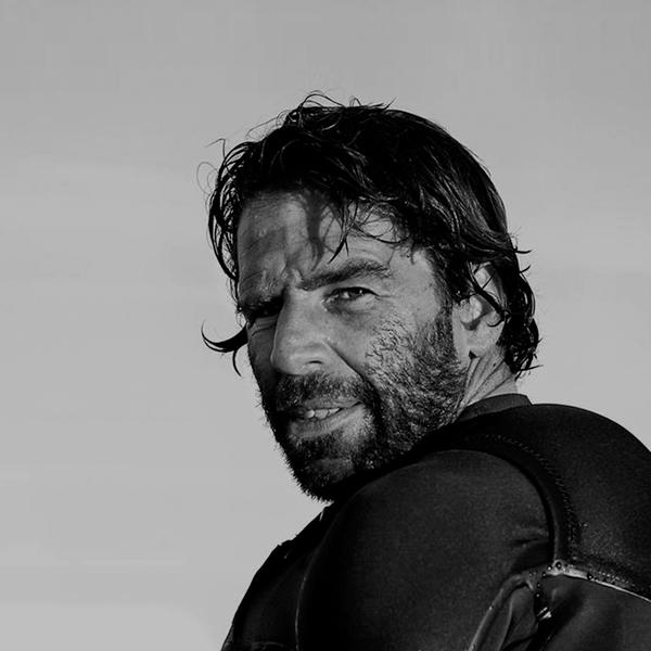 Hugo Vau surfea la ola más grande del mundo